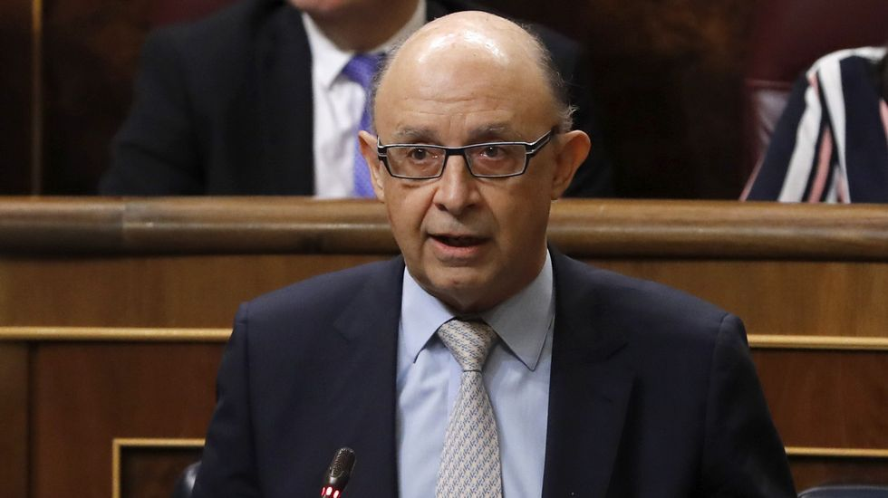 Aznar califica de «incompleta» la ruta del Gobierno para recuperar la Economía.A Montoro le llueven las críticas por las subidas fiscales.