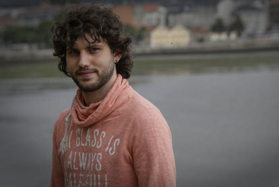 El cantante y compositor Hugo Torreiro, en el Temple, tiene 24 años y vive «en pecado» con la también cantante Yhadira.
