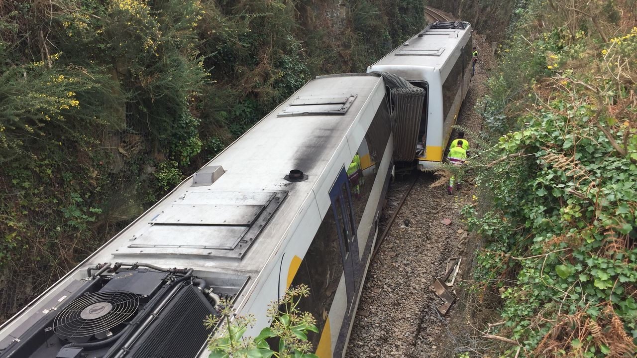 pasajero, autobús, bus, Asturias.Tren que descarriló en O Barqueiro hace una semana por el desprendimiento en un talud