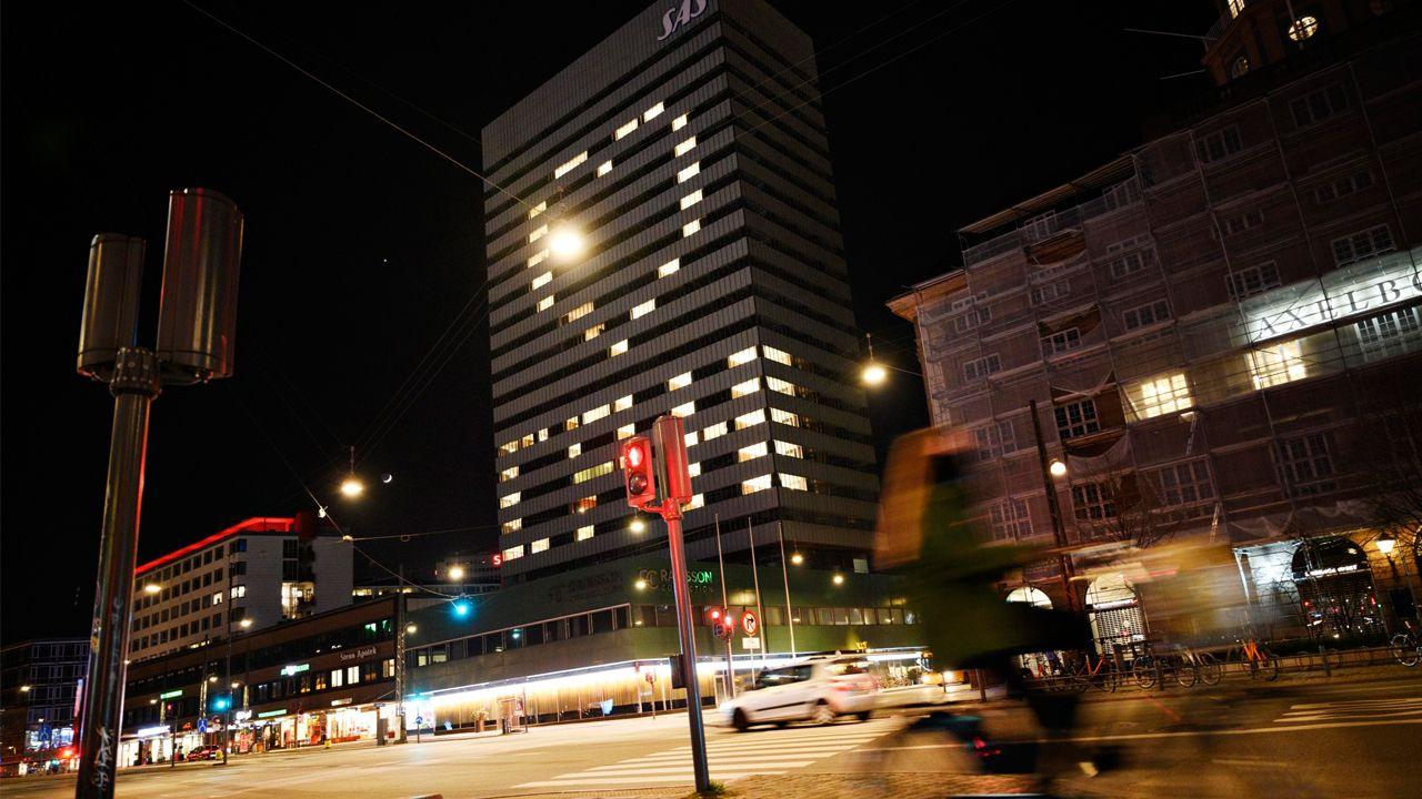 Un hotel de Copenhague dibuja con las luces de sus habitaciones un mensaje de ánimo a la población