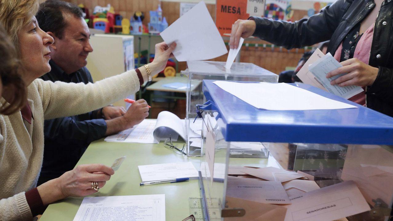 Una mesa en un colegio electoral en Oviedo durante la jornada de elecciones generales
