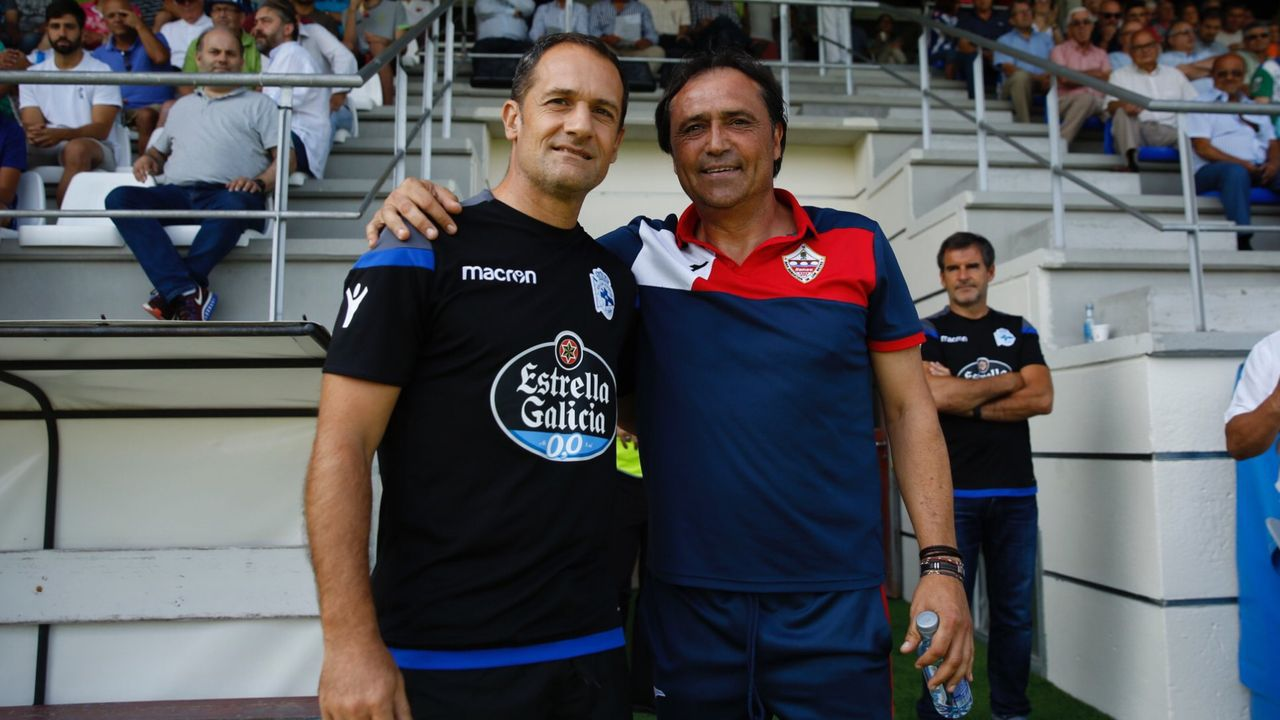 Los exdeportivistas Javier Manjarín, ayudante de Cristóbal en el Racing, y Alfredo Santaelena, actual técnico del DUX Internacional de Madrid, en la ciudad deportiva de Abegondo