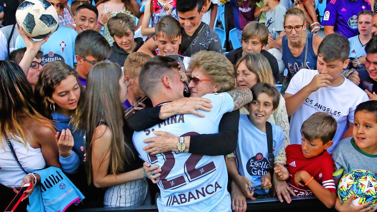 El emotivo abrazo entre Santi Mina y su abuela en la presentación del vigués