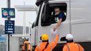 Un camionero enseña la documentación en el control del Eurotúnel de Folkestone.