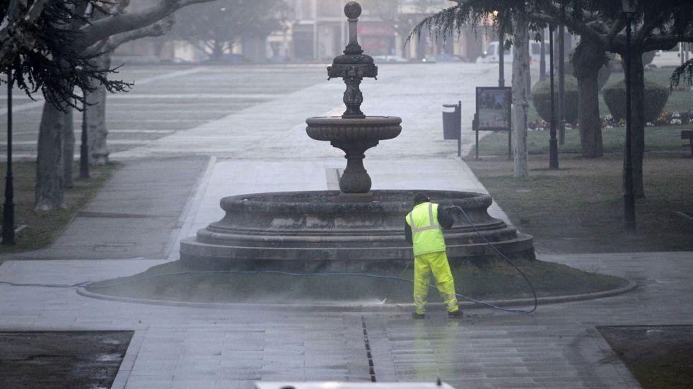 Tareas de limpieza en el parque municipal de la Compañía, que por ahora se mantiene abierto