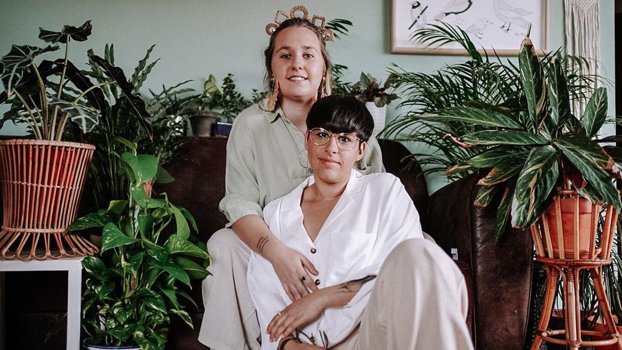 Cristina Cañibano y Laura White, dos avilesinas que se han casado en su casa durante este confinamiento