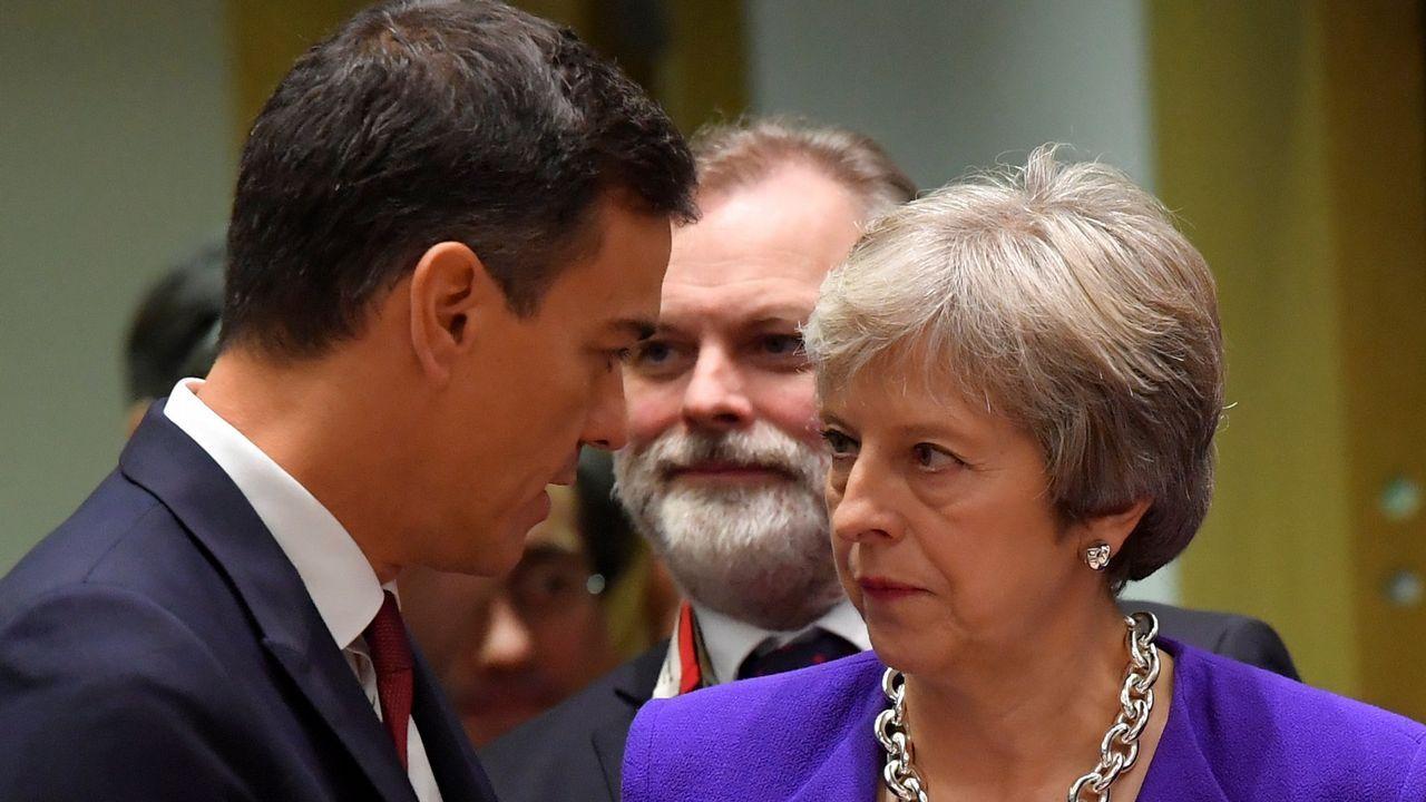 May retrasa la votación sobre el acuerdo del Brexit para evitar una derrota.Un agente del servicio secreto traslada a uno de los marinos ucranianos al tribunal de Sumferopol