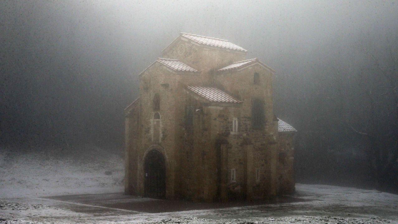 El monumento prerrománico de San Miguel de Lillo durante una nevada.