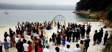 Imagen de una boda celebrada este verano en la playa de Caolín, en el concello lucense de O Vicedo.