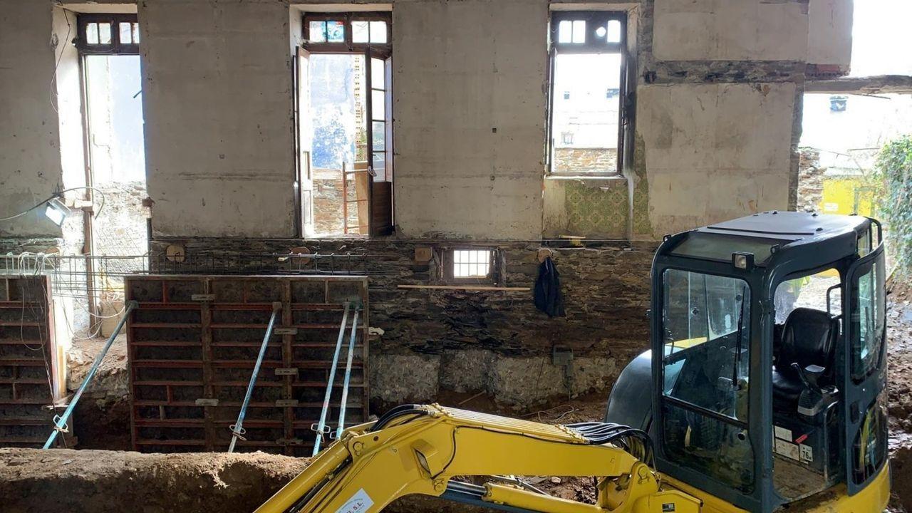 Obras de construcción del hotel Casa do Estanco en Quiroga, uno de los proyectos que cuentan con ayudas del GDR Ribeira Sacra-Courel