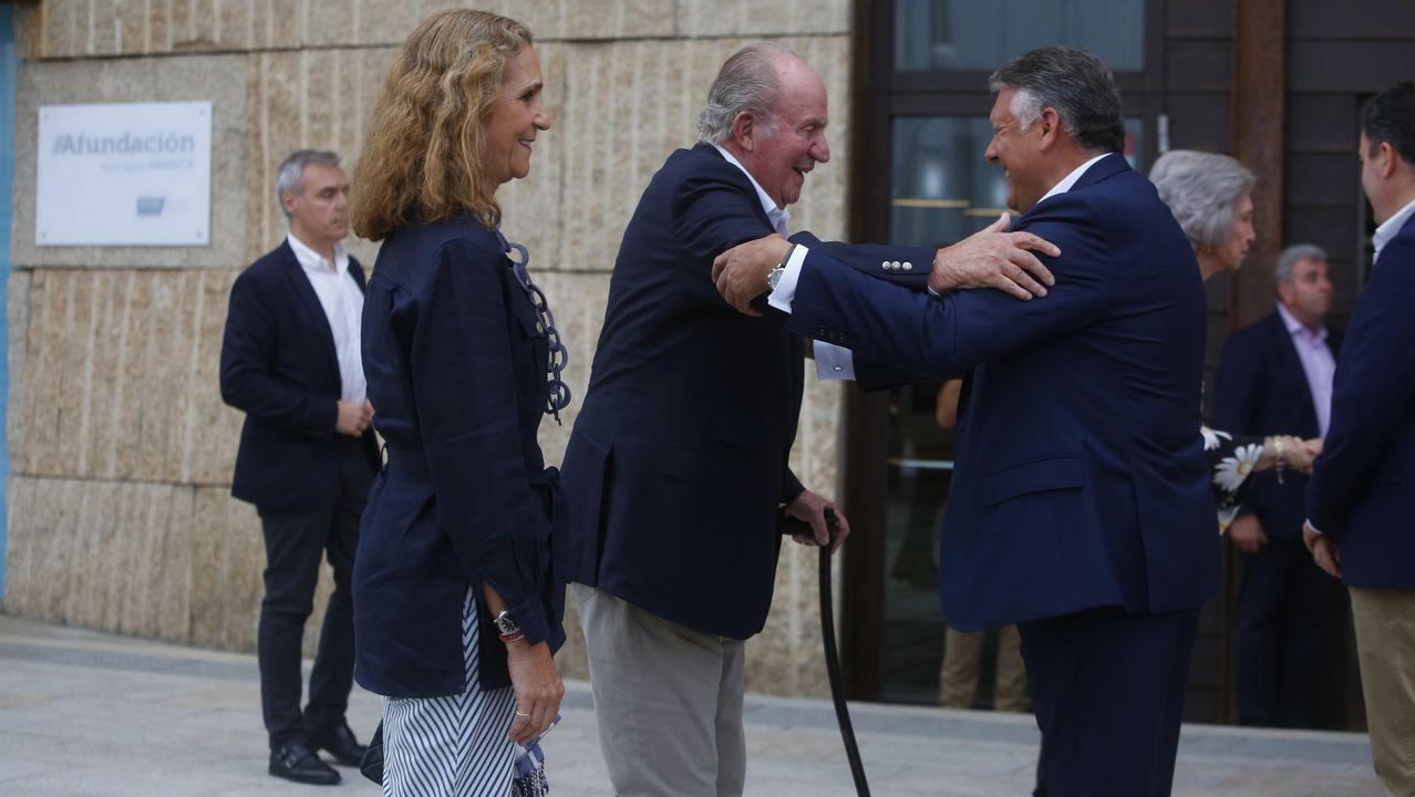 | EFE.El entonces rey Juan Carlos I saluda a Corinna zu Sayn-Wittgenstein en Barcelona, en una imagen del 2006