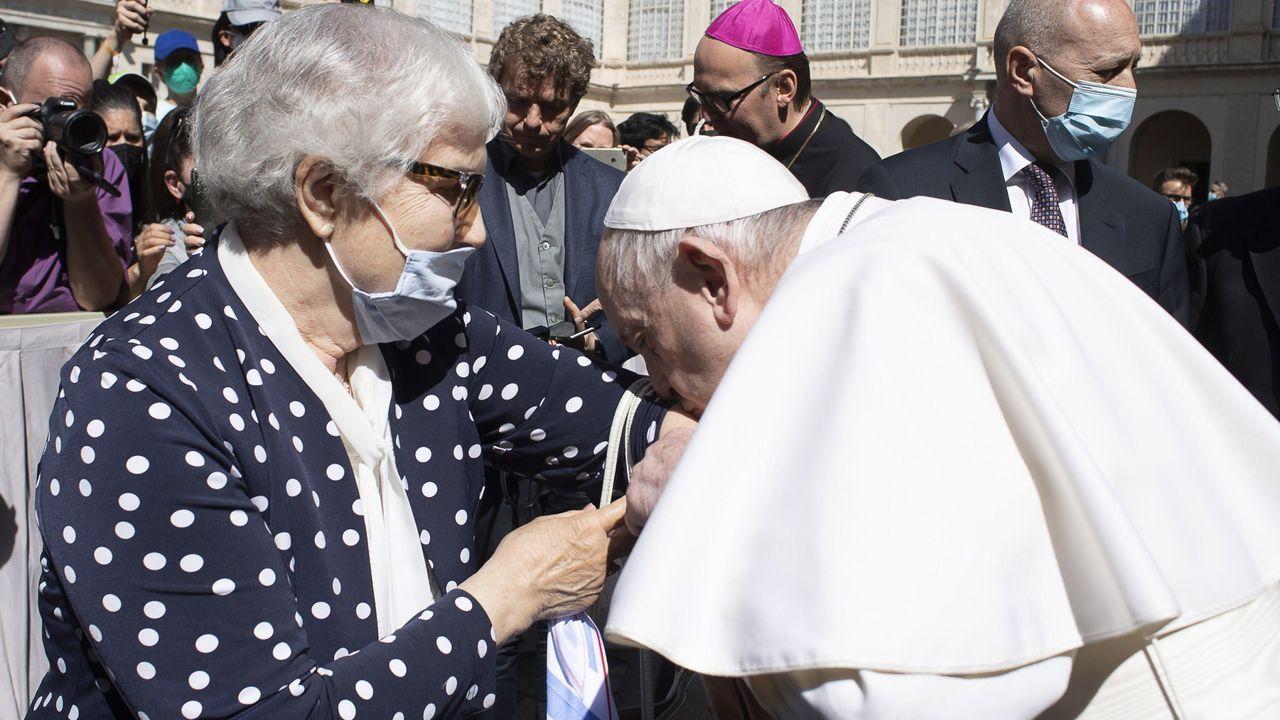 Feijoo traslada al papa la «invitación formal» para visitar Galicia en el 2022.El presidente de la Xunta, Alberto Núñez Feijoo, que actuó como delegado regio, saluda a las autoridades religiosas al entrar en la catedral por la Puerta Santa