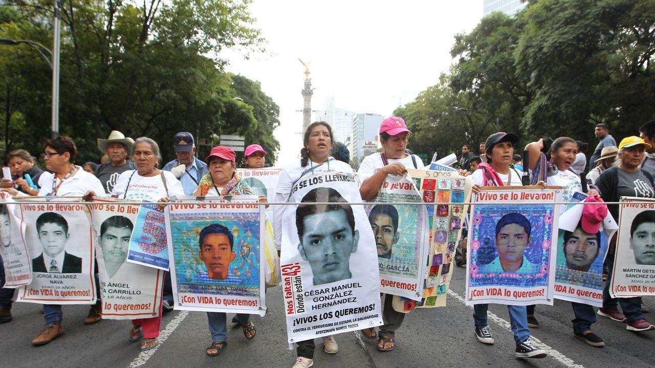 Aterriza en México el avión presidencial para su venta tras 19 meses en EE.UU..Familiares de los 43 estudiantes desaparecidos en México