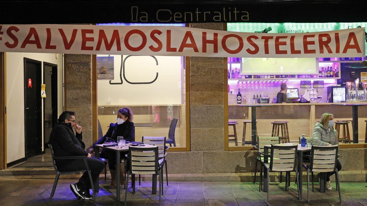 La hostelería estrenó ayer las nuevas restricciones, con el consumo prohibido en la barra y los aforos al 50 %