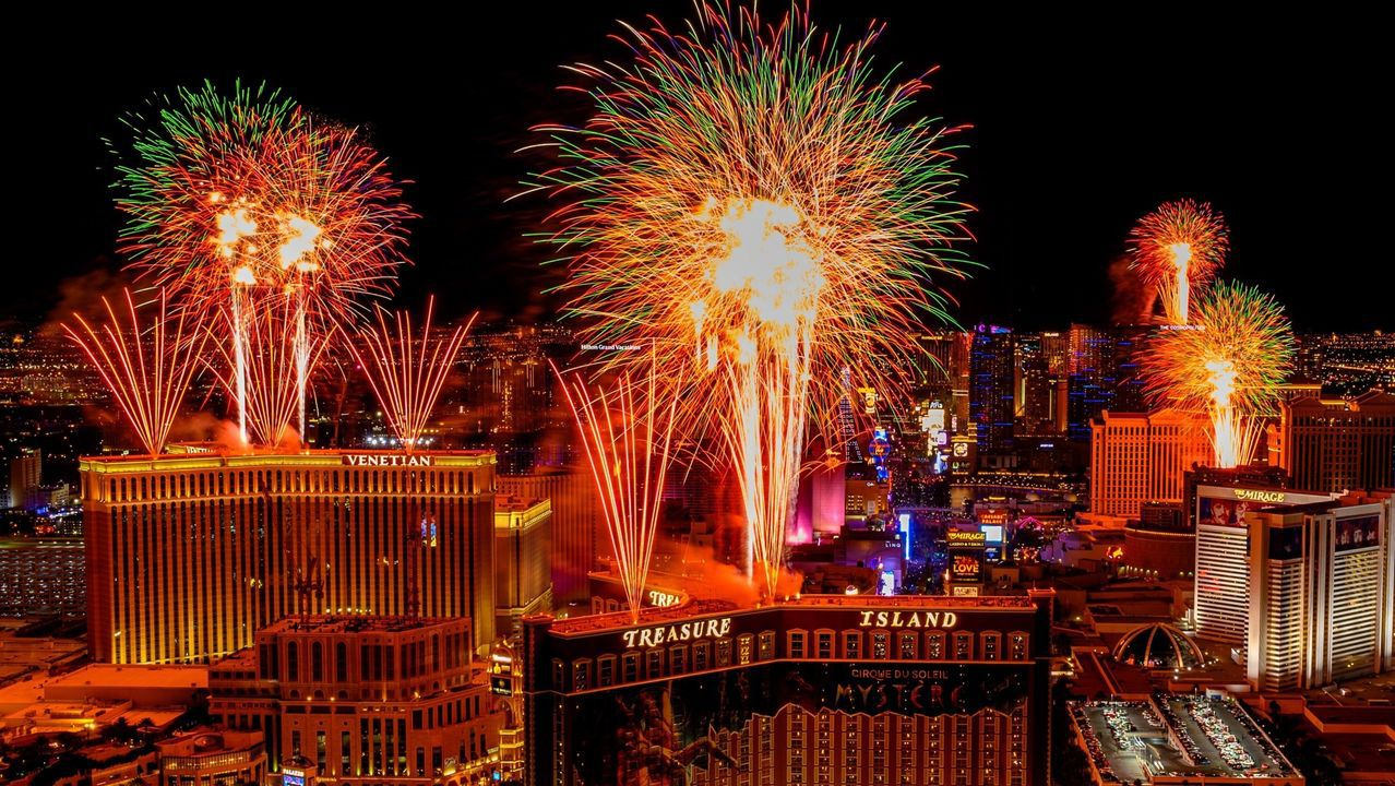 Fuegos artificiales para celebrar la llegada del Año Nuevo 2020 en Las Vegas.