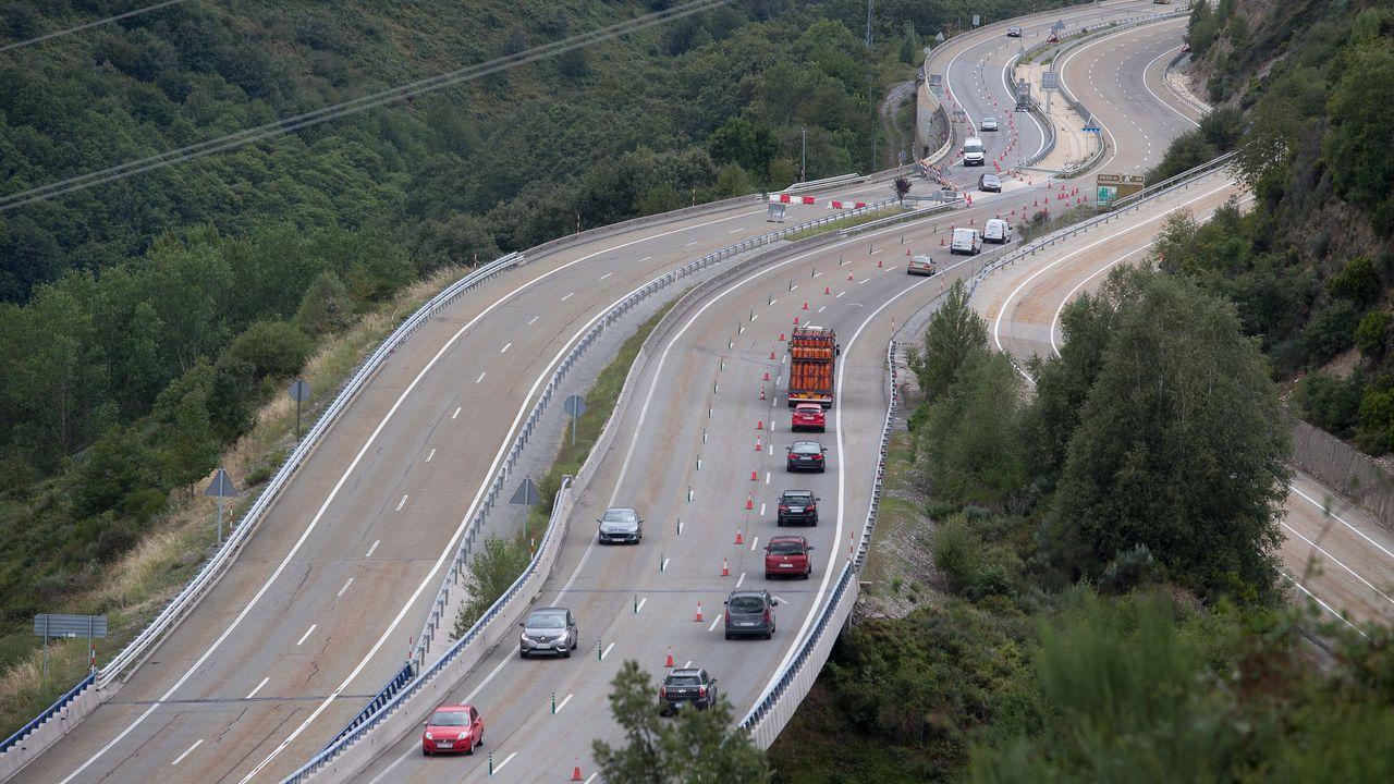 Os Grobos, un bosque propio deTolkien.A la izquierda el tramo cortado al tráfico de la A-6, en dirección Madrid, y a la derecha los vehículos utilizando los carriles en dirección A Coruña