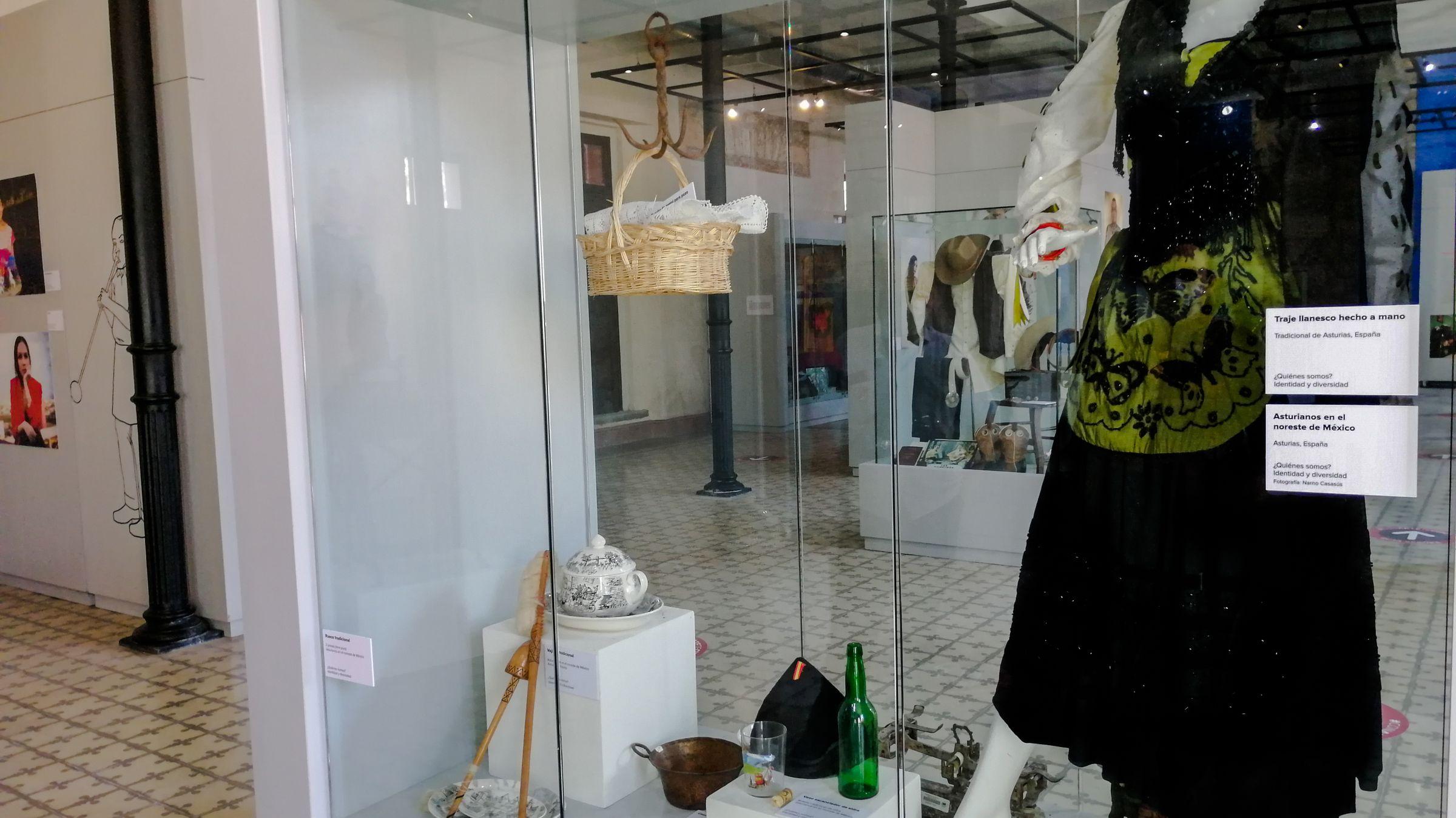 Traje de llanisca expuesto en México