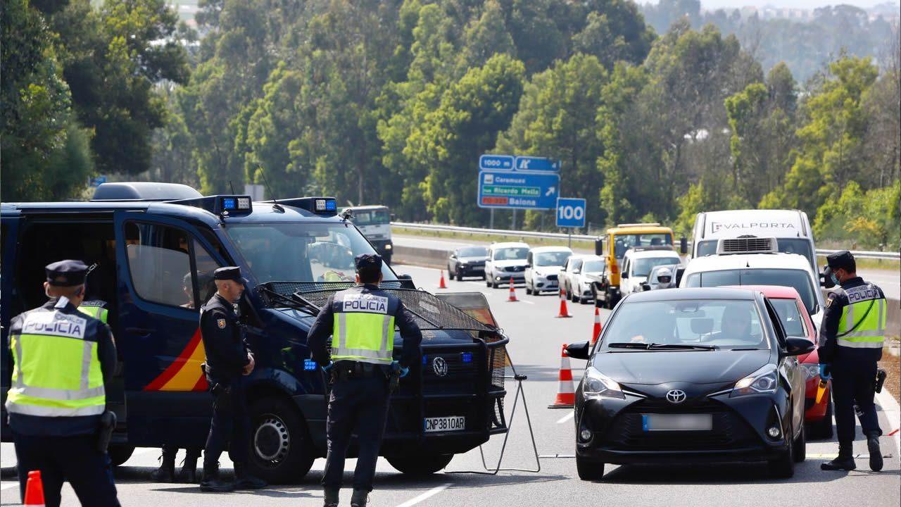 Playasen la provincia deA Coruña.Control de tráfico de la Policía Nacional cerca de Vigo