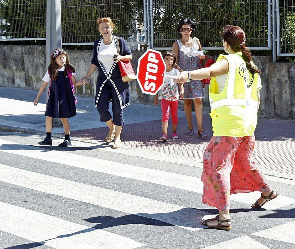 Despedida de las vacaciones de Pascua en Palma.La estampa de los controladores en los pasos de cebra se ha convertido en habitual en la ciudad.