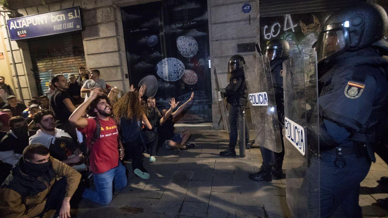 Julio Alberto, ex jugador del Barça, critica al club por involucrarse en la situación política de barcelona.La entonces presidenta del Parlament de Cataluña, Carme Forcadell (centro) , en octubre del 2017, acompañada de los miembros de la Mesa, Joan Josep Nuet (izquierda) Lluis Guinó (segundo por la izquierda), Anna Simó (segunda por la derecha) y Ramona Barrufet (derecha).