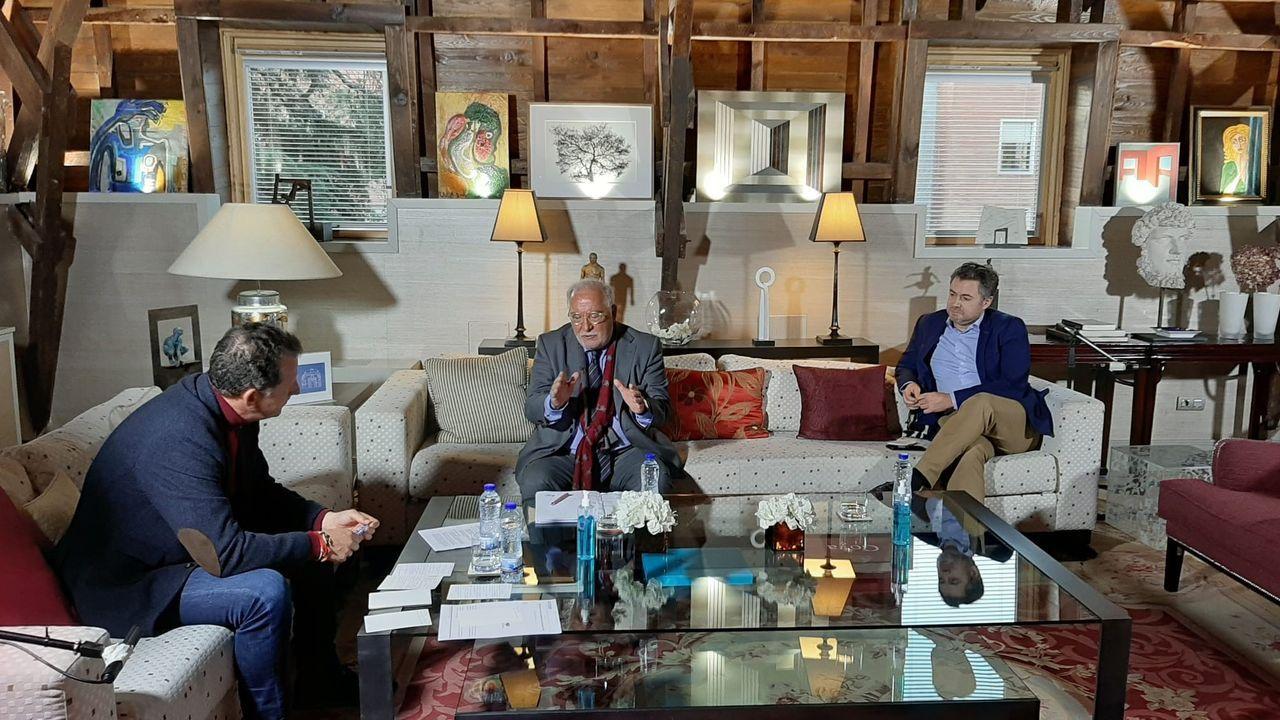 Pere Navarro y Ramón Ledesma, en el debate organizado por Pons Seguridad Vial y conducido por el periodista Carlos García-Hirschfeld (izquierda)