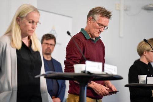 Anders Tegnell, el epidemiólogo estatal de la Agencia de Salud Pública de Suecia revisa su teléfono móvil durante una conferencia de prensa sobre la actualización diaria sobre la enfermedad por coronavirus