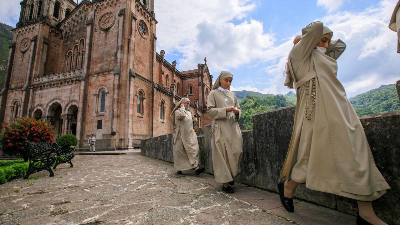 Así celebra IKEA el Día de Asturias.Un grupo de monjas del Santuario del Real Sitio de Covadonga