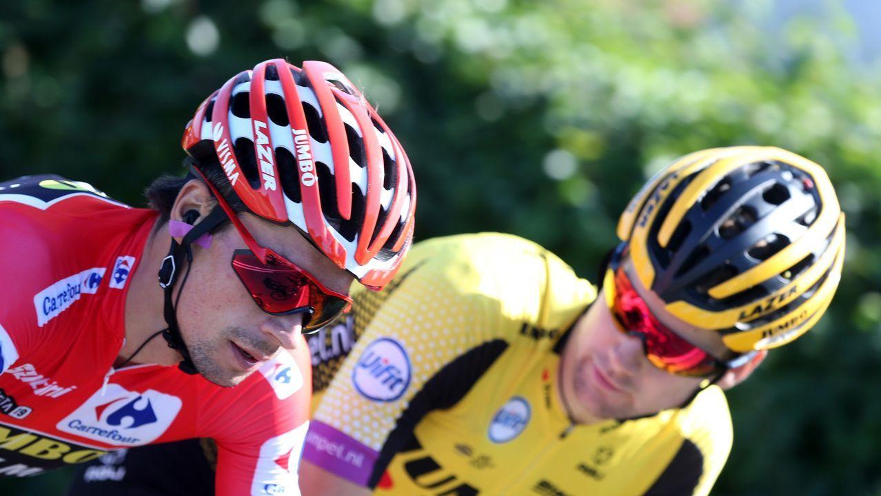 El ciclista esloveno del equipo Jumbo-Visma y líder de la clasificación general, Primož Roglic (i), junto al pelotón ciclista durante la decimocuarta etapa de la 74th Vuelta a España 2019, con salida en la localidad cántabra de San Vicente de la Barquera y meta en Oviedo