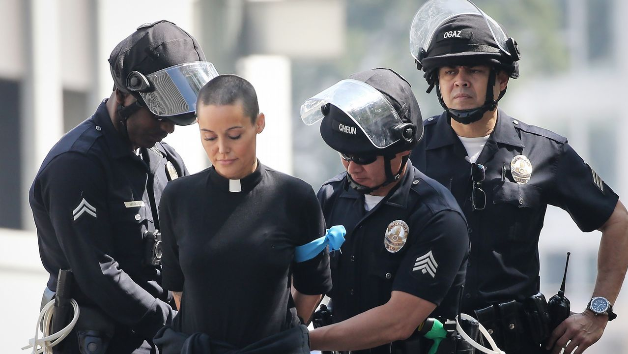 La policía detiene a una religiosa en una protesta contra la política migratoria de Trump