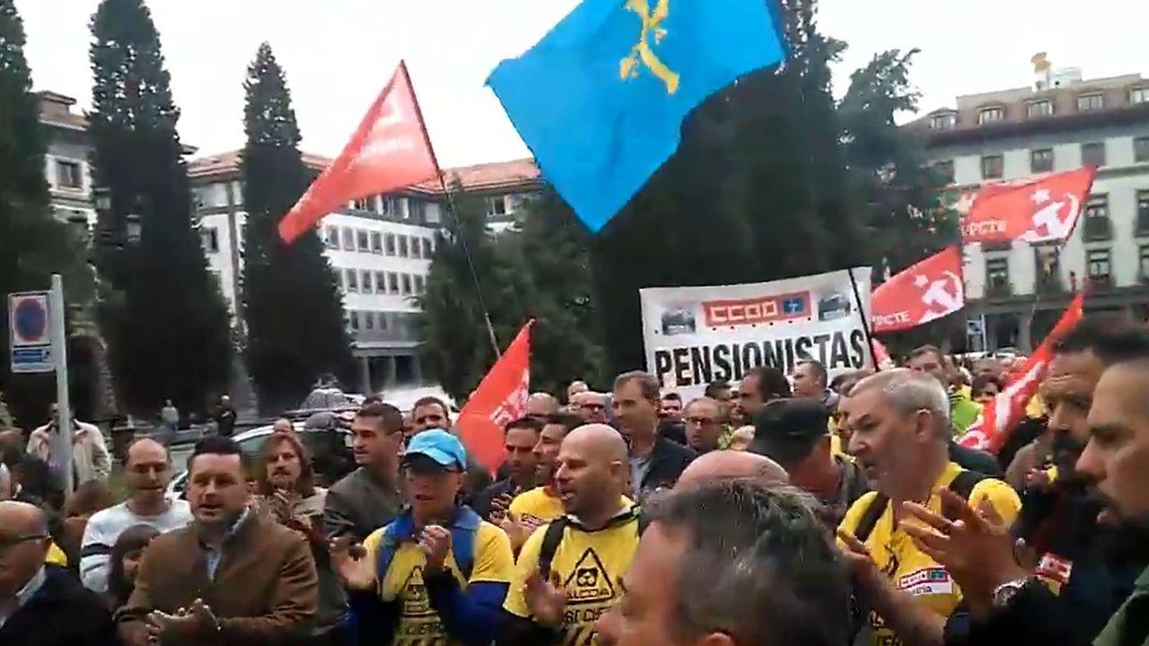 Los trabajadores de Alcoa llegan a Oviedo desde Madrid.Representantes de Parter, a la derecha, explican sus planes a las comunidades autónomas de Galicia y Asturias