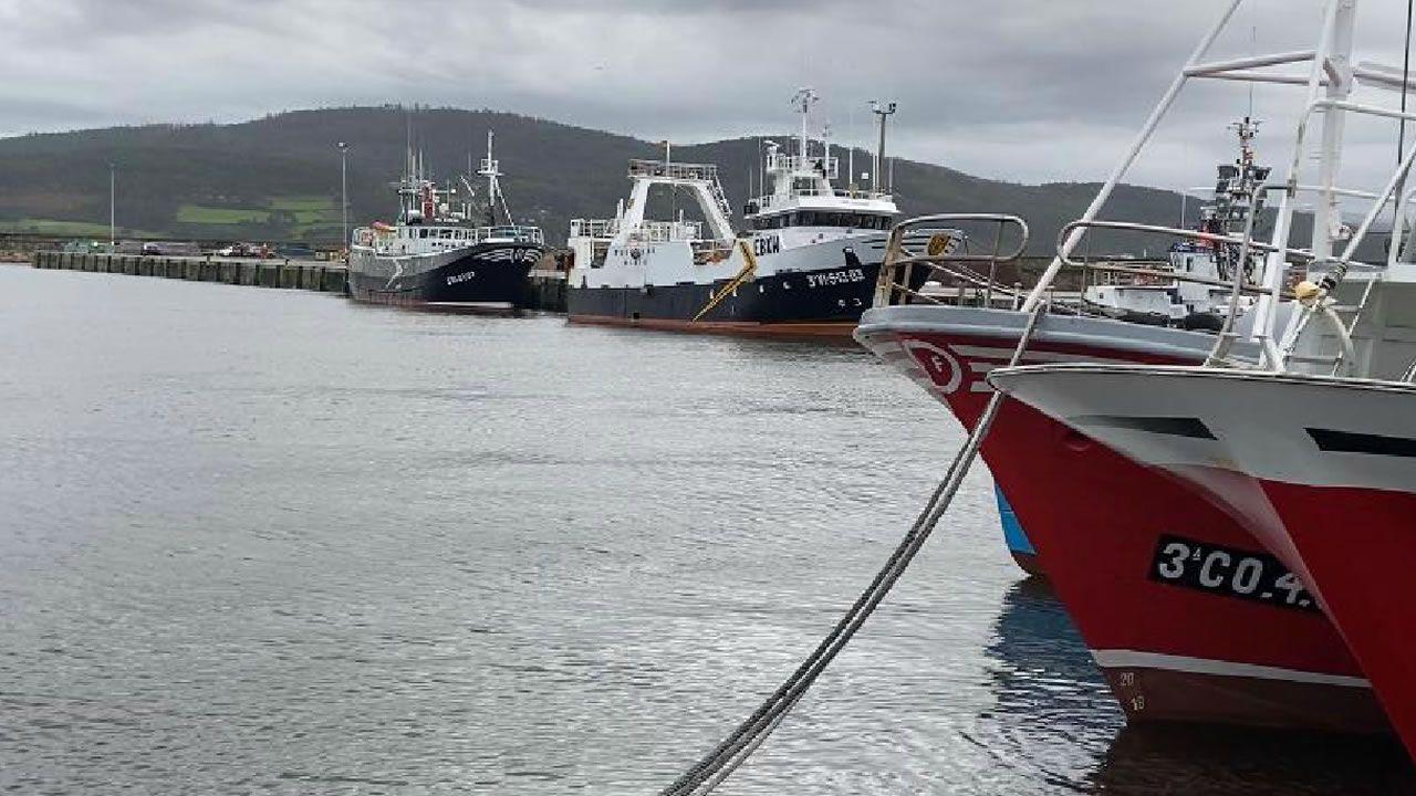 La flota de Laxe y de Muxia buscan refugio en el puerto de Camariñas debido a la alerta roja.