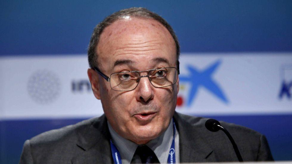 Luis María Linde dice que hay riesgo de corralito si Cataluña se independiza.Artur Mas, acompañado por Romeva y Junqueras, calificó de inmoral la advertencia de Linde.