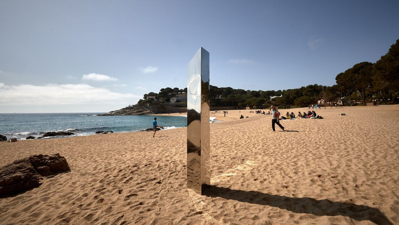 Club Ourense Baloncesto - Básquet Girona (73-71).Un monolito metálico aparecido el 30 de marzo en la playa de Sa Conca del municipio de Castell-Platja d'Aro (Girona)