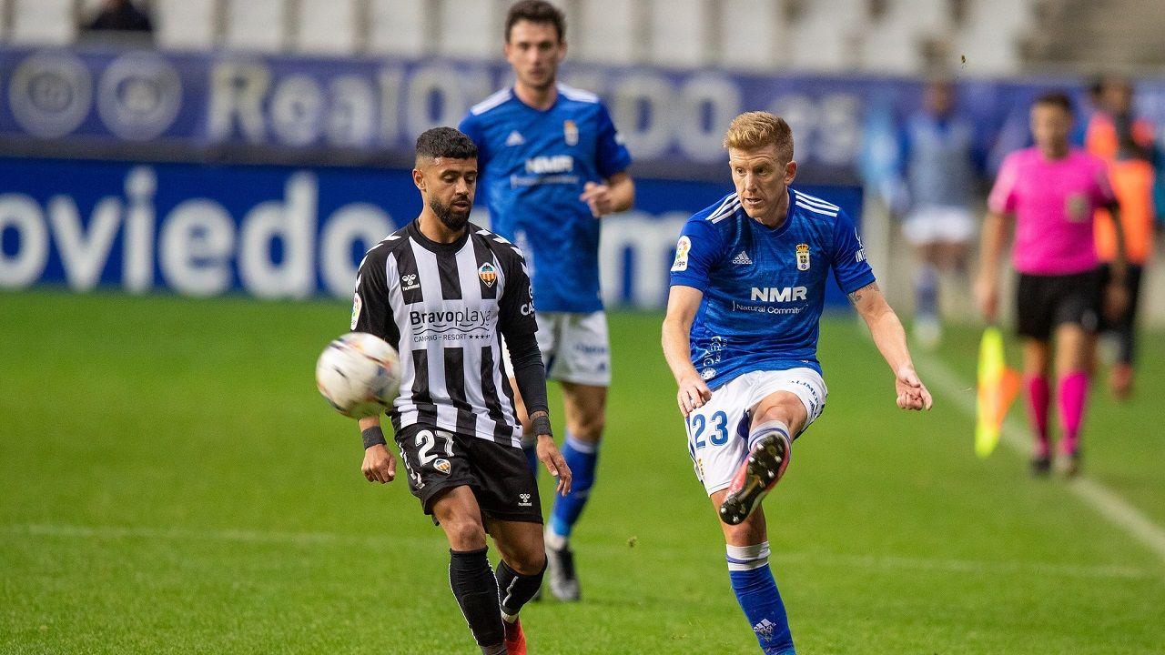 gol Javi Mier Real Oviedo Mallorca Carlos Tartiere.Mossa golpea un balón ante el Castellón, con Borja Sánchez detrás