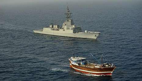 La F-104, en la fotografía, realizando labores de seguridad con un mercante en el océano Índico.