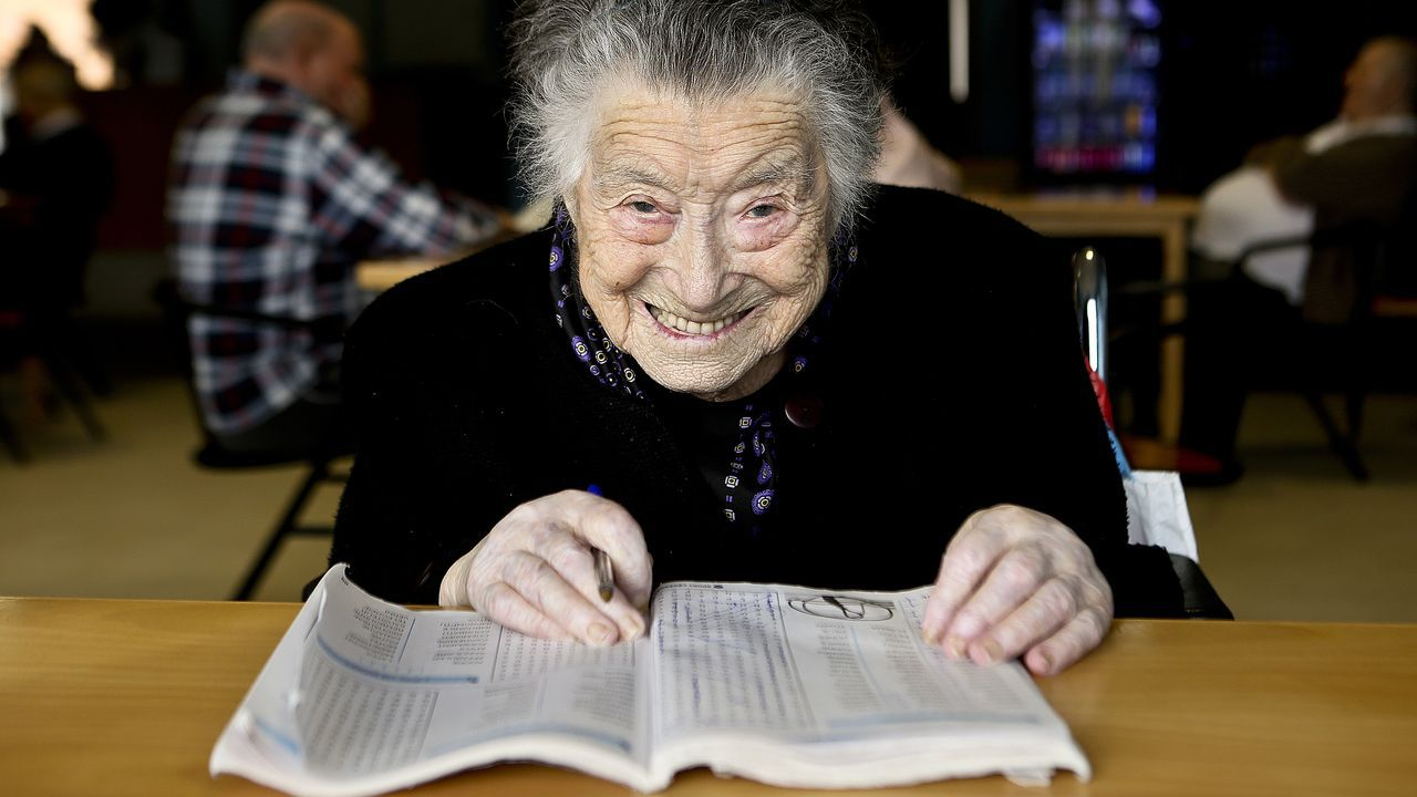 «Tengo 102 años y, de momento, no necesito gafas ni para hacer los crucigramas en francés»