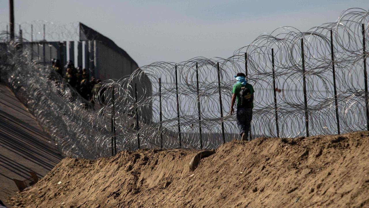 Cultivode cáñamo industrial enAsturias.Un hombre camina junto a la frontera entre Estados Unidos y México