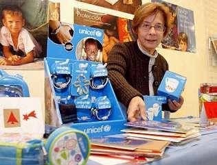 La voluntaria ribeirense, en la tienda que la entidad ha puesto en marcha en la calle Santa Uxía.