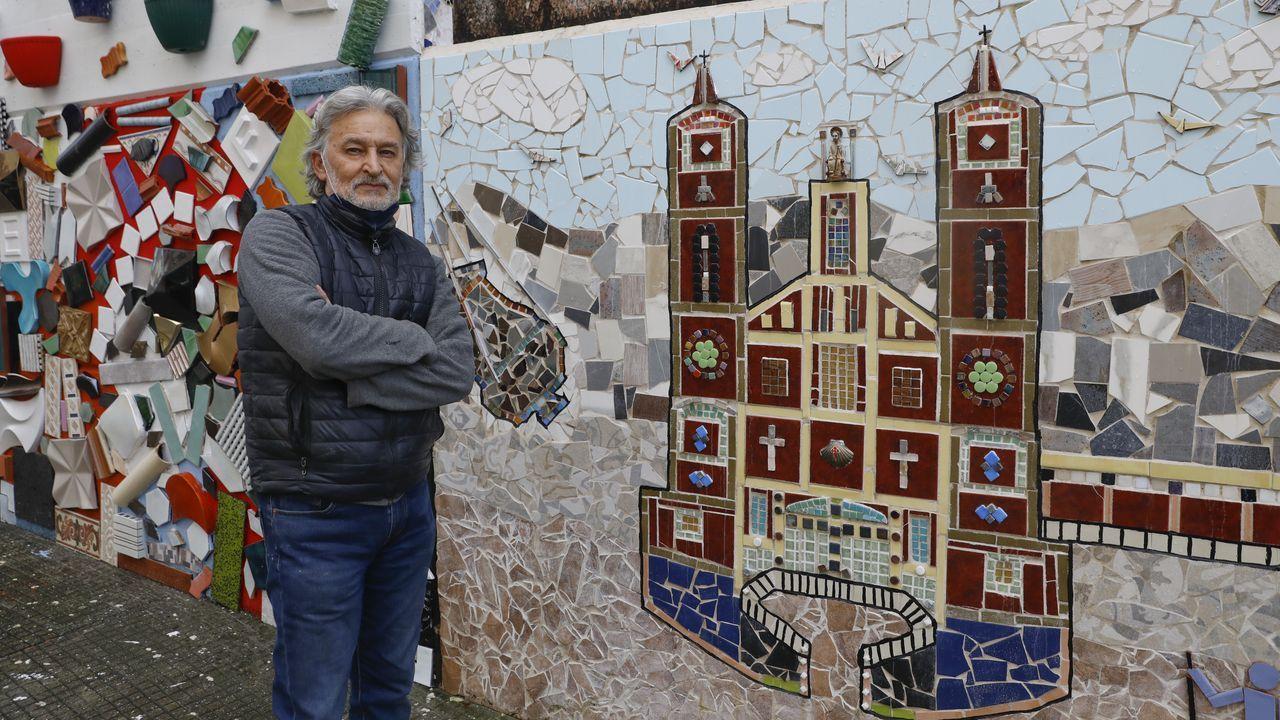 Así es la colorida rúa da Espiñeira tras más de un año de trabajo para llenarla de mosaicos.La carretera entre Boiro y Noia también se incluyó en su día en el Plan Move
