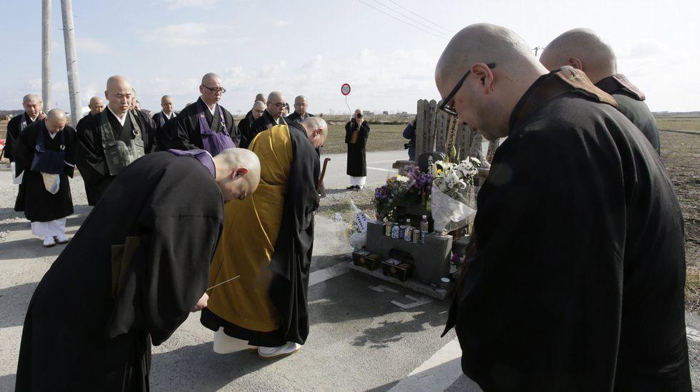 Monjes budistas celebran una ceremonia en memoria de las víctimas.
