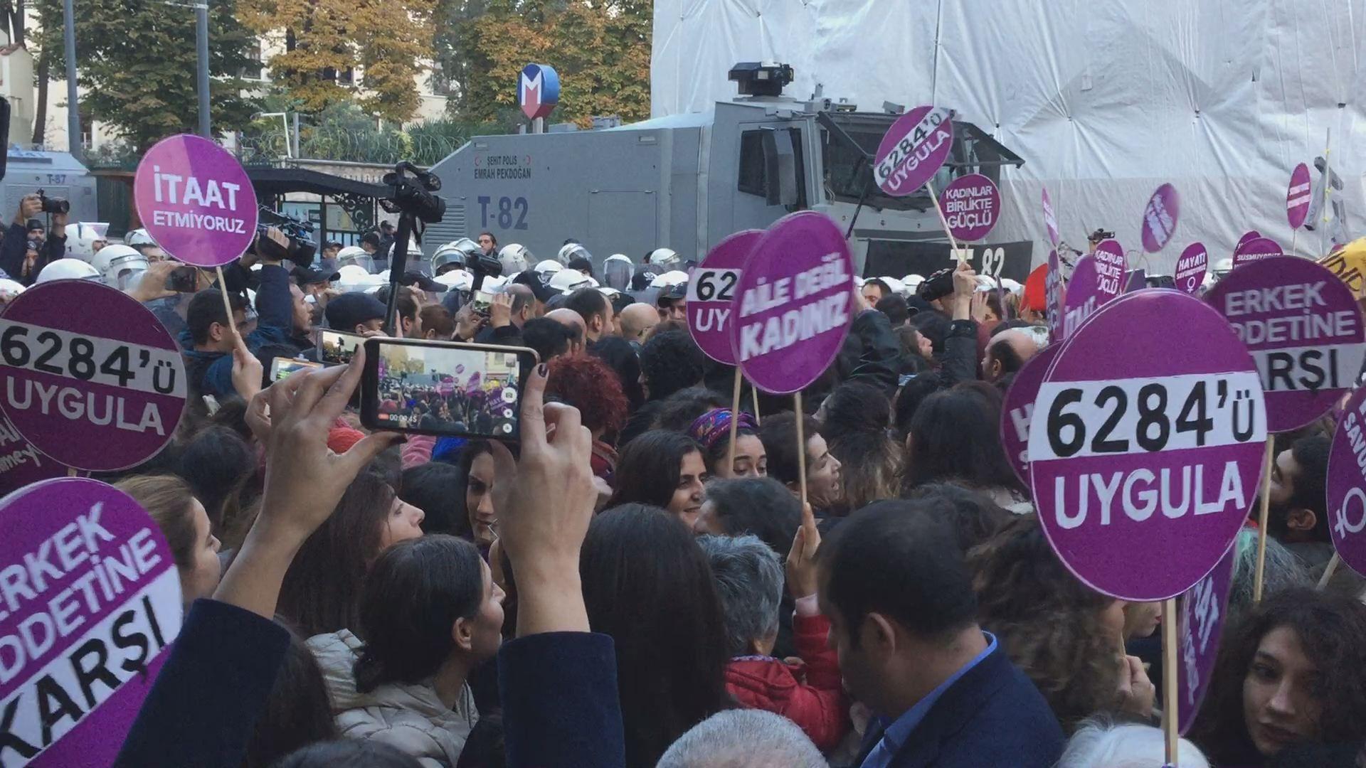 La policía turca impide una marcha contra la violencia machista en Estambul