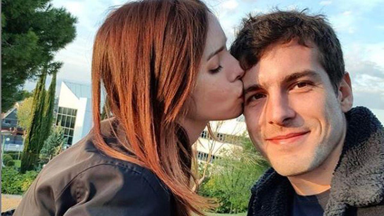 Aeropuerto de Asturias.Paula Prendes junto a su novio Eduardo Martínez-Arrarás