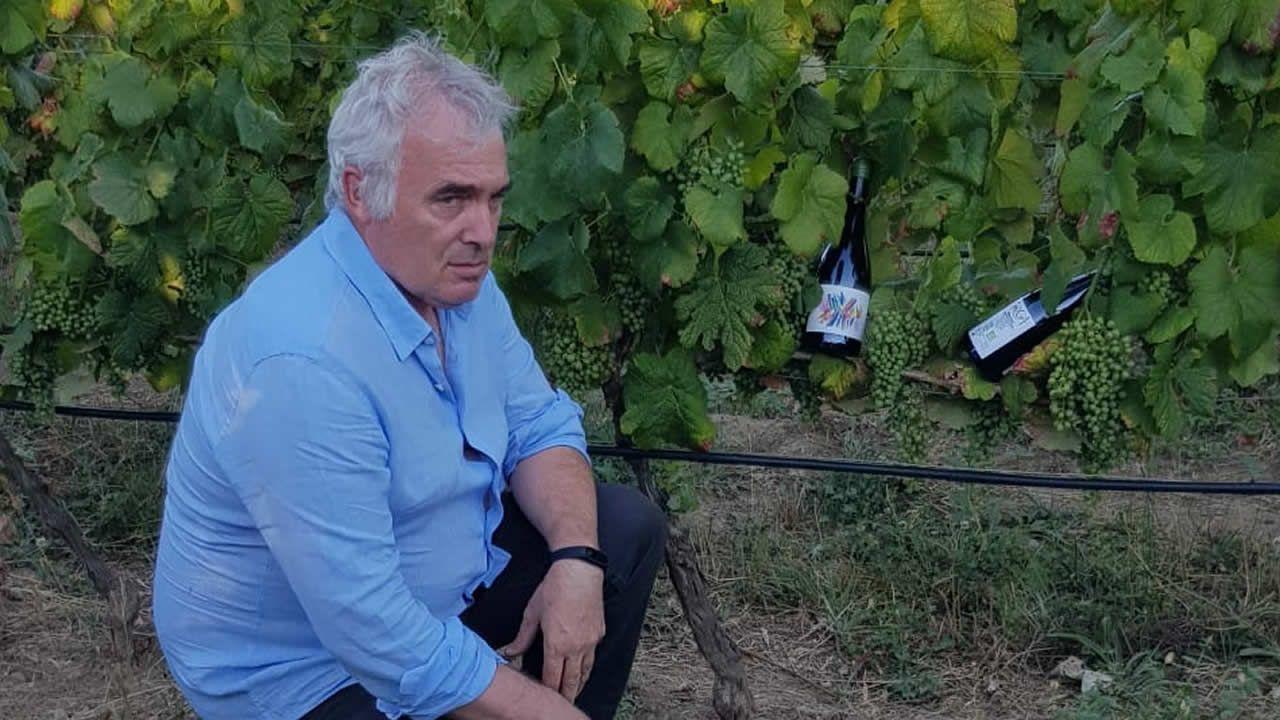 Benigno Pereira, junto a sus viñedos