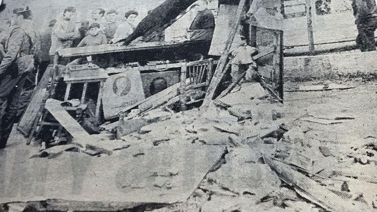 Imagen de La Voz de Asturias que muestra el estado en el quedó el quiosco de Llaranes, arrasado por una pieza que voló de la explosión de Ensidesa