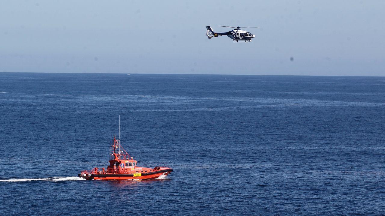 La Salvamar Betelgeuse y el helicóptero de la Policía Nacional, al mediodía de este martes en la zona