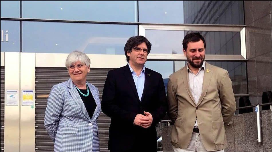 Borrell renuncia a ser eurodiputado.Puigdemont y Comín intentaron, sin éxito, acreditarse ante el Parlamento Europeo para esquivar los cargos pendientes en España