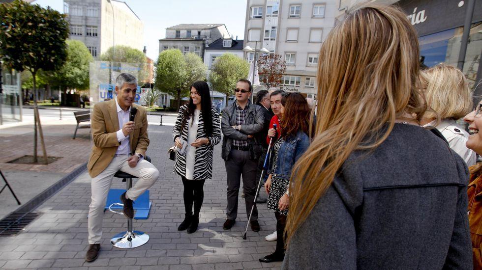 Jaime Castiñeira, candidato del PP en Lugo, pone en práctica los minimítines callejeros sentado en un taburete como los de los bares.