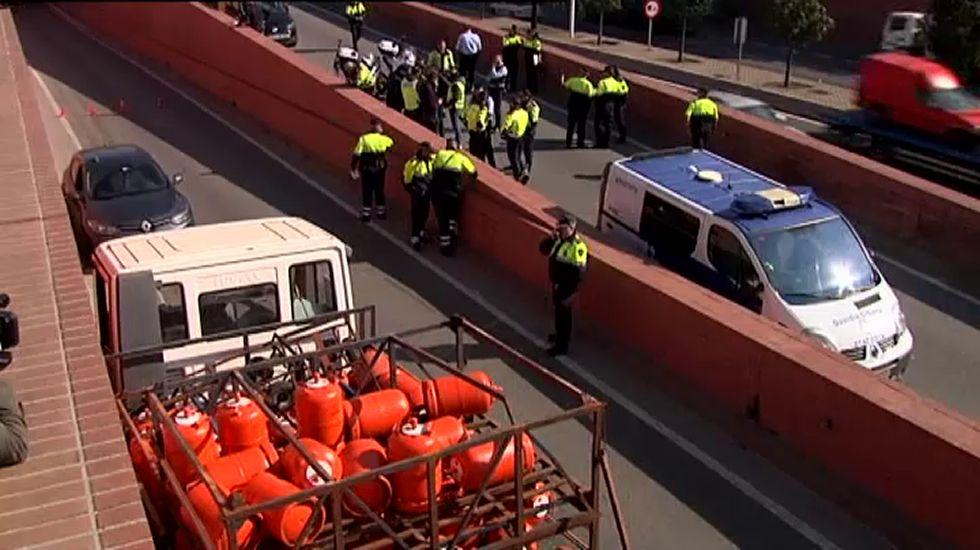 Persecución y detención a tiros del conductor de un camión de butano robado en Barcelona.Zoido y Serrano, durante un reciente acto en la presentación de una campaña de tráfico