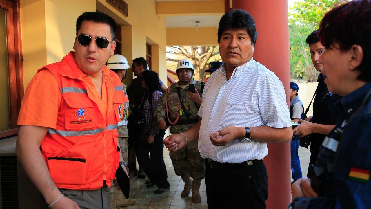 El presidente de Bolivia, Evo Morales, junto al ministro de Defensa de Bolivia, Javier Zavaleta (zquierda), este martes en la localidad de Roboré (Bolivia), zona afectada por los incendios