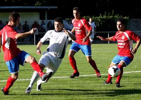 El delantero del San Lorenzo Carlos despeja un balón ante la oposición del xalleiro Chinda.